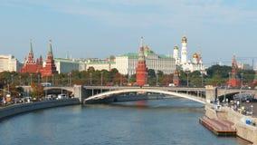 Mening van het Kremlin en rivier in stad van Moskou stock footage