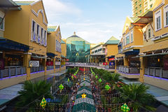 Mening van het kromme winkelende centrum met hoofdgebouw op de achtergrond Royalty-vrije Stock Foto