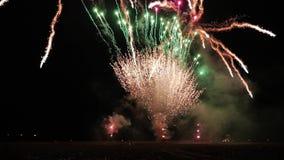 Mening van het lanceringsstootkussen voor de lancering van vuurwerk Nachtbegroeting stock videobeelden
