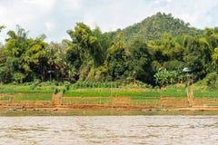 Mening van het landschap van de rivier Nam Khan, Luang Prabang, Laos Exemplaarruimte voor tekst royalty-vrije stock fotografie