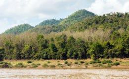 Mening van het landschap van de rivier Nam Khan, Luang Prabang, Laos Exemplaarruimte voor tekst stock fotografie