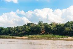 Mening van het landschap van de rivier Nam Khan, Luang Prabang, Laos Exemplaarruimte voor tekst stock foto