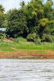 Mening van het landschap van de rivier Nam Khan, Luang Prabang, Laos Exemplaarruimte voor tekst verticaal stock foto