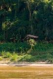 Mening van het landschap van de rivier Nam Khan, Luang Prabang, Laos Exemplaarruimte voor tekst verticaal royalty-vrije stock afbeeldingen