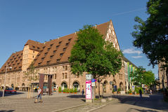 Mening van het Mauthalle-Gebouw in het oude stadsdeel van Nuremberg stock afbeeldingen