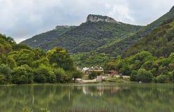 Mening van het meer aan Mangup-Boerenkoolberg, de Oekraïne, de Krim Royalty-vrije Stock Foto