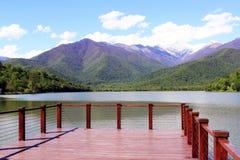 Mening van het meer en de bergen stock afbeeldingen