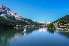 Mening van het meer van Heilige Moritz met kleine boot Royalty-vrije Stock Afbeelding