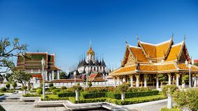 Mening van het Metaal van Wat Ratchanaddaram en van Loha Prasat Stock Fotografie