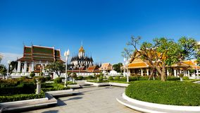 Mening van het Metaal van Wat Ratchanaddaram en van Loha Prasat Royalty-vrije Stock Foto's