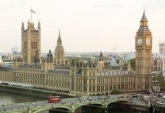 Mening van het middenniveau van Big Ben in Londen - Stad van Westminster Royalty-vrije Stock Foto