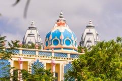 Mening van het mooie Indische gebouw, Puttaparthi, Andhra Pradesh, India Exemplaarruimte voor tekst Stock Foto's