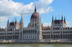 Mening van het Nationale Hongaarse Parlement en de Donau in Boedapest Royalty-vrije Stock Afbeeldingen