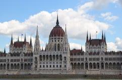 Mening van het Nationale Hongaarse Parlement en de Donau in Boedapest Stock Afbeeldingen