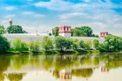 mening van het Novodevichy-Kloosterklooster in Moskou, Rusland De Plaats van de Erfenis van de Wereld van Unesco royalty-vrije stock foto