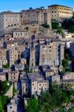 Mening van het oude Italiaanse dorp van Sorano in Toscanië stock afbeeldingen
