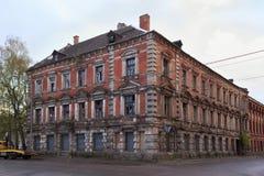 Mening van het oude verlaten gebouw in het centrum van de vroegere Duitse stad Konigsberg van Kaliningrad royalty-vrije stock afbeelding