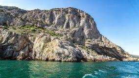 Mening van het overzees aan de grot van Chaliapin, de Krim, Sudak Royalty-vrije Stock Fotografie
