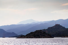 Mening van het overzees aan de kust met een kleine vesting op de bovenkant Royalty-vrije Stock Fotografie