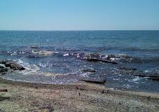 Mening van het overzees van de zandige kust royalty-vrije stock foto