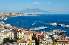 Mening van het overzees dichtbij Napels met de Vesuvius Stock Foto