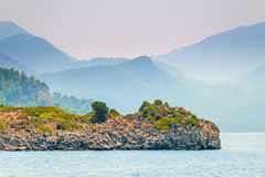 Mening van het overzees en de bergen in de mist Royalty-vrije Stock Fotografie