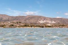 Mening van het overzees van het Griekse strand van Elafonissi stock afbeelding