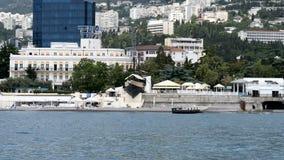Mening van het overzees op de dijk in Yalta, de Krim stock videobeelden