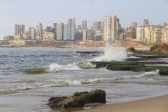 Mening van het overzees op de kust Stock Foto's