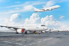 Mening van het parkeren van luchthavenvliegtuigen bij de terminal, en een vliegtuig die in de hemel met wolken van start gaan Royalty-vrije Stock Foto's