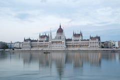 Mening van het parlement van Boedapest in de avond Royalty-vrije Stock Fotografie