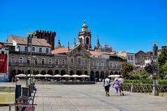 Mening van het Plein DE La Republica in het centrum van de stad aan zijn historische gebouwen en Castillo DE Braga stock foto