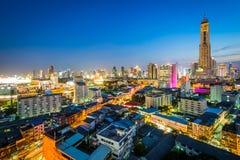 Mening van het Ratchathewi-District bij schemering, in Bangkok, Thailand royalty-vrije stock fotografie