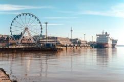 Mening van het Reuzenrad, de de haven en Viking-veerboot met mooie bezinning over het overzees in Helsinki Finland stock fotografie