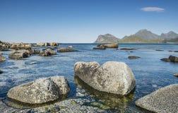 Mening van het rotsachtige strand Lofoten Stock Fotografie