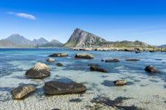 Mening van het rotsachtige strand Lofoten Stock Afbeeldingen