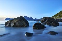 Mening van het rotsachtige strand Myrland - Lofoten Stock Foto