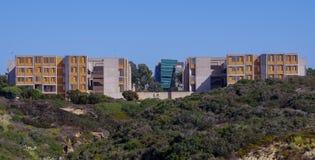Mening van het Salk-Instituut en de School van UCSD Rady van de Beheersbouw, La Jolla Californië stock foto's