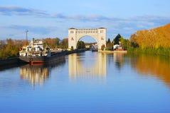 Mening van het slot op de Volga rivier dichtbij Uglich De aard van de herfst Lange schaduwen en blauwe hemel Royalty-vrije Stock Afbeelding