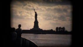 Mening van het Standbeeld van Vrijheid van een boot stock footage