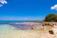 Mening van het steenachtige strand in Bayahibe, La Altagracia, Dominicaanse Republiek Exemplaarruimte voor tekst Royalty-vrije Stock Afbeeldingen