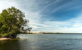 Mening van het strand aan de baai met zandig duin op de achtergrond Royalty-vrije Stock Afbeelding