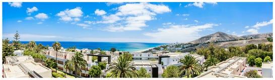 Mening van het strand de zonnige landschap van Fuerteventura, Canarische Eilanden royalty-vrije stock foto's