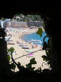 Mening van het strand door het venster Stock Afbeeldingen