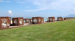 Mening van het strand met originele die tenten van hout in een luxe h worden gemaakt Royalty-vrije Stock Foto's