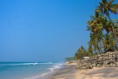 Mening van het strand met zwarte zand en stenen Royalty-vrije Stock Foto