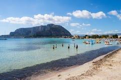 Mening van het strand van Mondello in het noordwesten van Sicilië royalty-vrije stock foto's