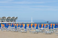 Mening van het strand van Lignano Sabbiadoro - Italië 9de Juni 2017 Stock Foto