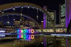 Mening van het Teken van Toronto op Nathan Phillips Square bij nacht, in Toronto royalty-vrije stock afbeeldingen