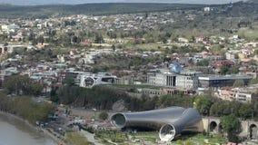 Mening van het theater van Tbilisi en van de muziek en drama, president' s woonplaats Beweging van auto's op de weg stock videobeelden